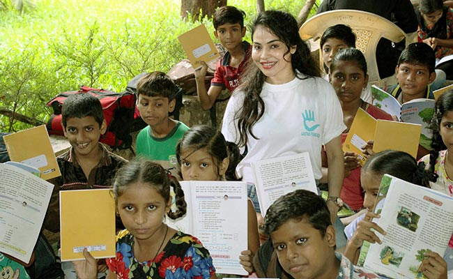 Nikita Rawal Enjoy her day with Street kids of Prayas Ngo